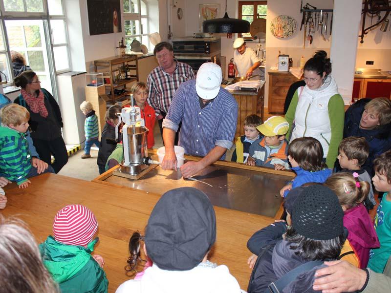 Kinder in der Herrmannsdorfer Handwerkstatt