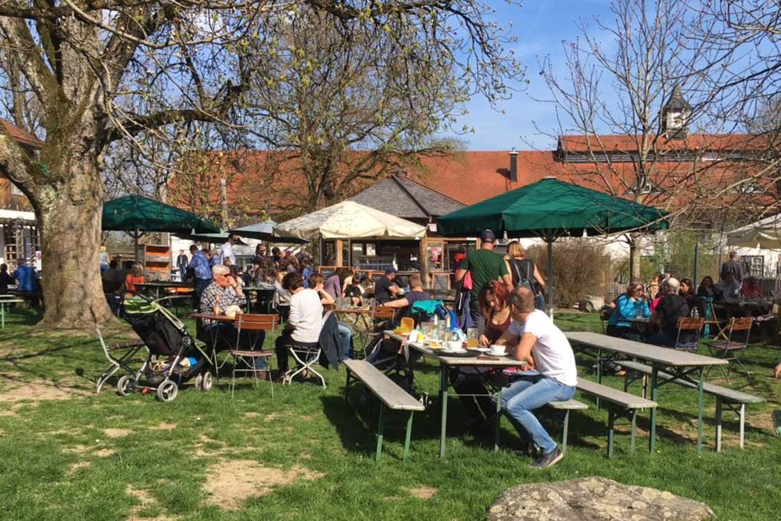 Herrmannsdorfer Biergarten im Frühjahr