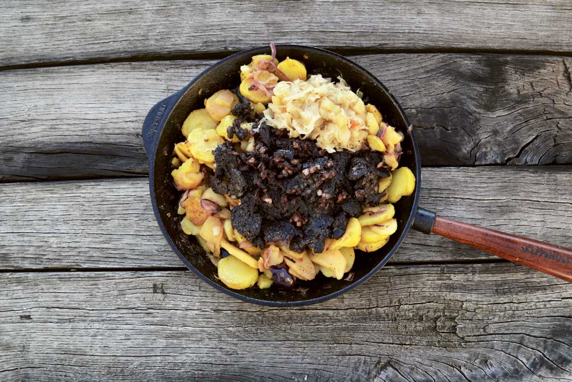 Blutwurst mit gerösteten Kartoffeln, Äpfeln, Zwiebeln und Sauerkraut,